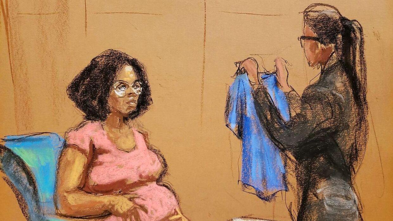 Jerhonda Pace i retten onsdag, hvor hun fik fremvist den blå bluse, hun havde på ved en af R. Kellys påståede overgreb mod hende.
