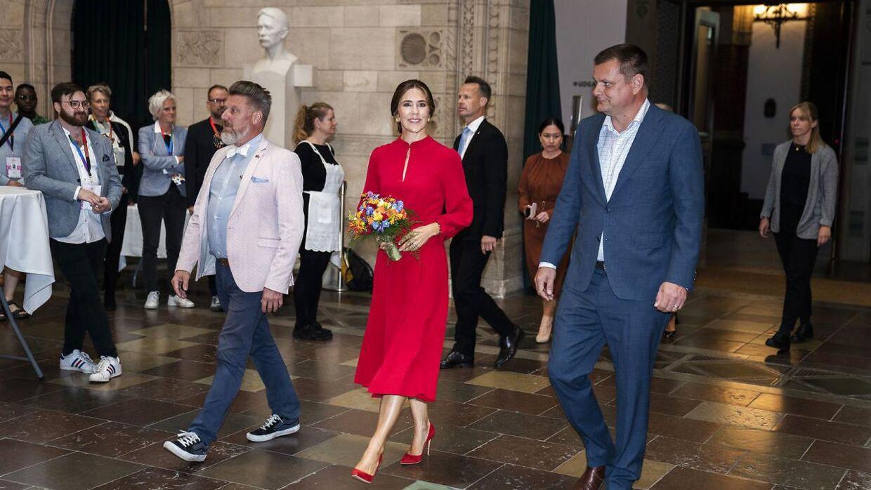 Kronprinsesse Mary til den officielle åbning af Copenhagen Pride på Københavns Rådhus med Pride-boss Lars Henriksen (t.v).