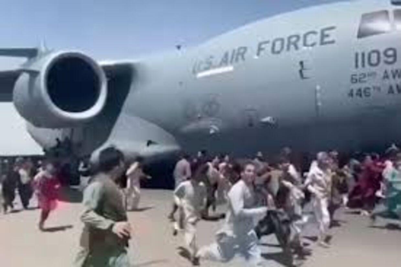 Adskillige døde, da de febrilsk forsøgte at klamre sig til et amerikansk fly, der lettede fra Kabul. Billederne er gået verden rundt.