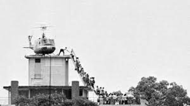 Despearte mennesker forsøger at komme ombord på en en helikoter i Saigon 1975. Billeder som dette var med til at præge tidsånden mange år efter.