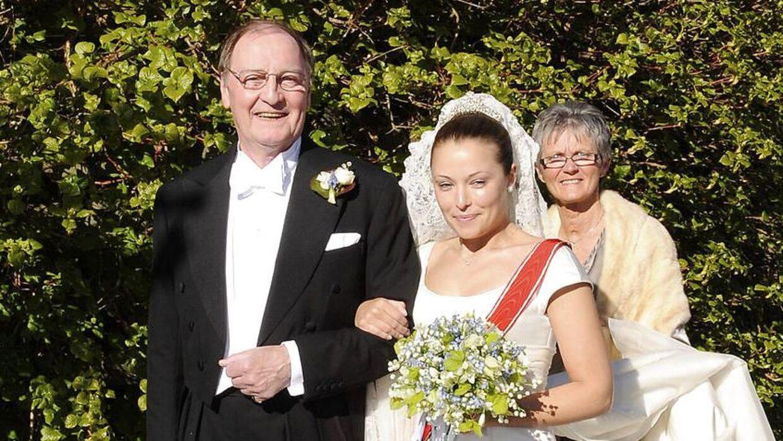 Louise Iuel Albinus ses her i 2009 på sin bryllupsdag med sin nu afdøde far, Niels Iuel-Borckdorff.