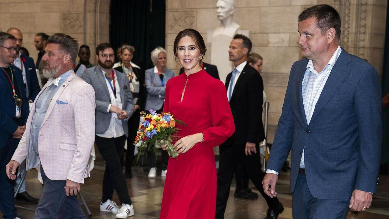 Kronprinsesse Mary havde flere forskellige kulørte sæt tøj på ved Pride. Her ses hun onsdag på Københavns Rådhus.