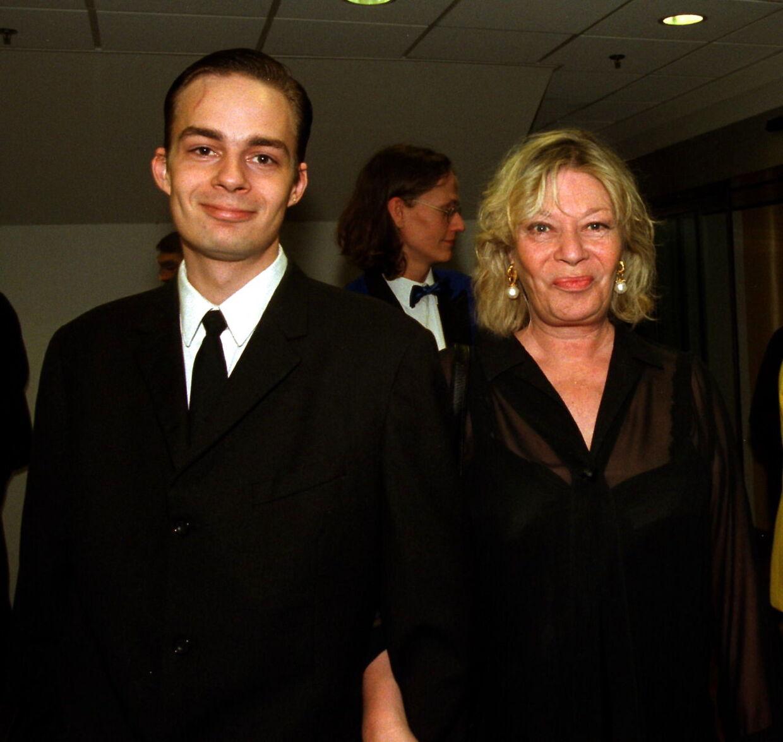 Ulf Pilgaard mistede sin kone Gitte i 2016, og i april i år mistede han også sin yngste søn, Mikkel. Her ses de ved premieren på 'Hvem støver af?' i 1998.
