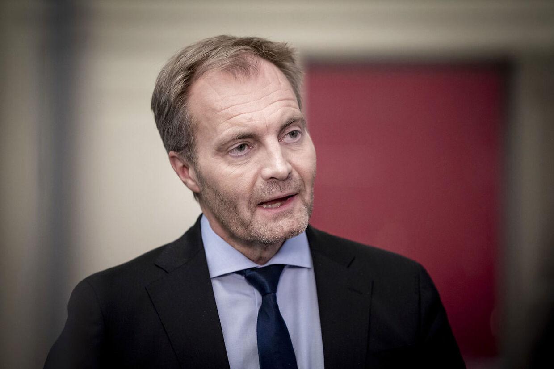 Dansk Folkerpartis retsordfører Peter Skaarup kræver en forklaring på, hvordan det kunne lykkes et udvist bandemedlem at snige sig med på et evakueringsfly.