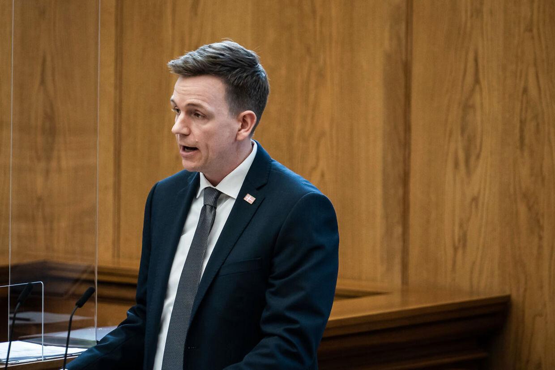 Rasmus Stoklund, Socialdemokratiet, peger på, at der i det nye politiforlig er afsat ressourcer til en øget indsats mod hadforbrydelser.