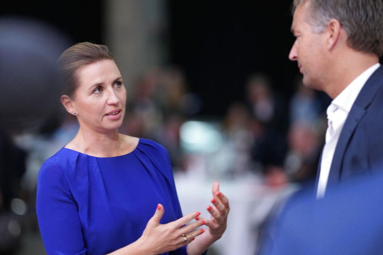 Statsminister Mette Frederiksen (S) er med ved en regeringskonference om fremtidens Danmark. Her ses hun snakke med landstræner Kasper Hjulmand.