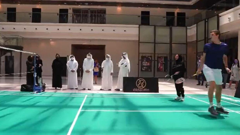 I videoen viser Axelsen sine evner frem, mens repræsentater fra Dubai ser til.