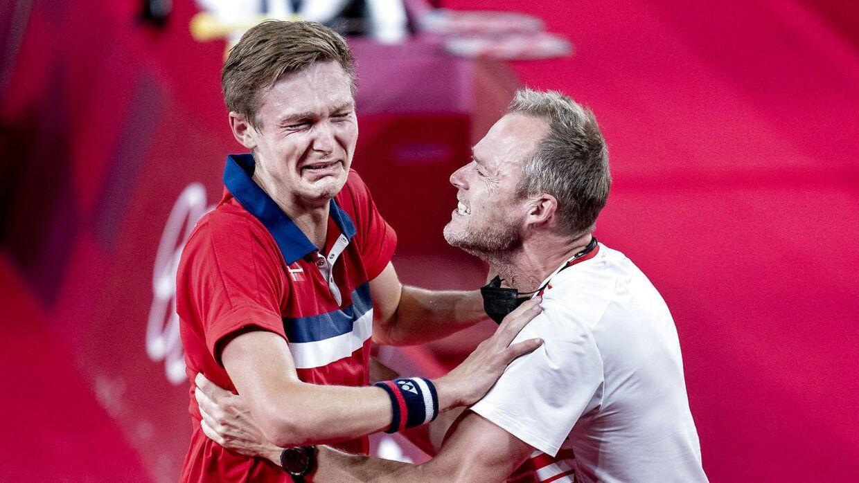 Viktor Axelsen og Kenneth Jonassen efter OL-triumfen i Tokyo.