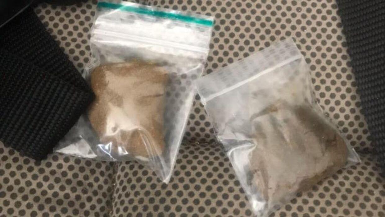 De to små poser, som Line Christensen tirsdag eftermiddag fandt i sin datters klapvogn, som stod i opgangen til deres lejlighed.