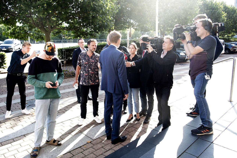 Kristian Thulesen Dahl taler med pressen ved retten i Lyngby mandag 9. august 2021. Han skulle vidne i svindelsagen mod Morten Messerschmidt, der var tiltalt for svig og dokumentfalsk i Meld- og Feld-sagen.