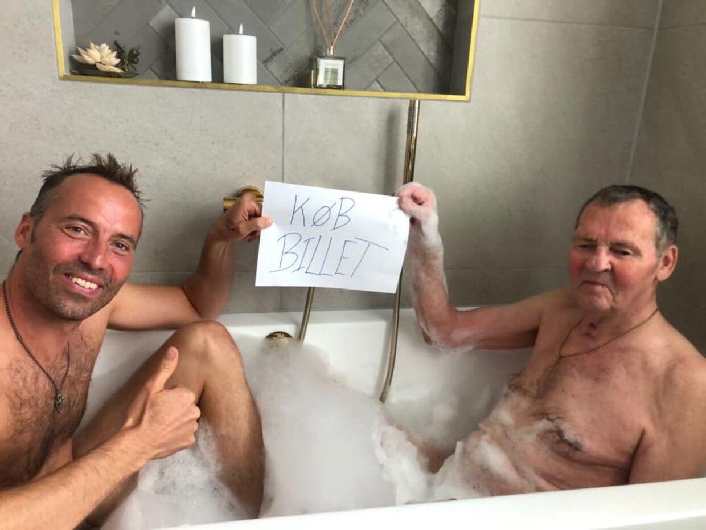 Torben Chris hyler på Facebook sin far, Svend Carlo, der efter seks uger i koma har kæmpet sig tilbage i god form. Privatfoto