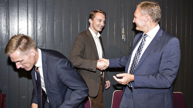 Morten Messerschmidt hilser på Kristian Thulesen Dahl og Peter Skaarup efter sin tale ved Dansk Folkepartis årsmøde i Herning Kongrescenter, 2016.