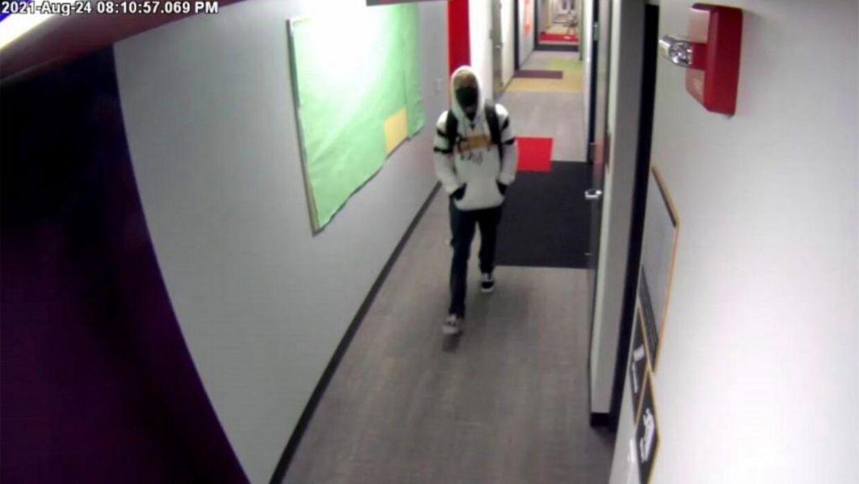 Overvågningsbillede af Matthew Mindler, da han forlod sit kollegieværelse.