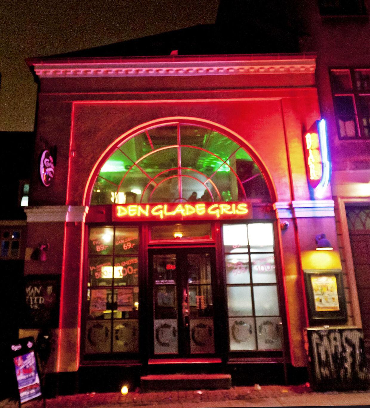 Restaurant Din's har siden de glade DM i standup-dage skiftet navn til Den Glade Gris. Stedet ligger i Lille Kannikestræde i det indre København
