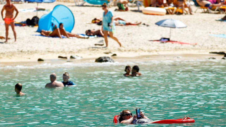 Feriegæster Amadores-stranden på Gran Canaria.