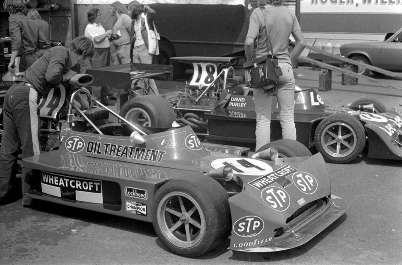 Roger Williamsons og David Purleys (bagerst) March-biler inden starten på Hollands Grand Prix 1973.