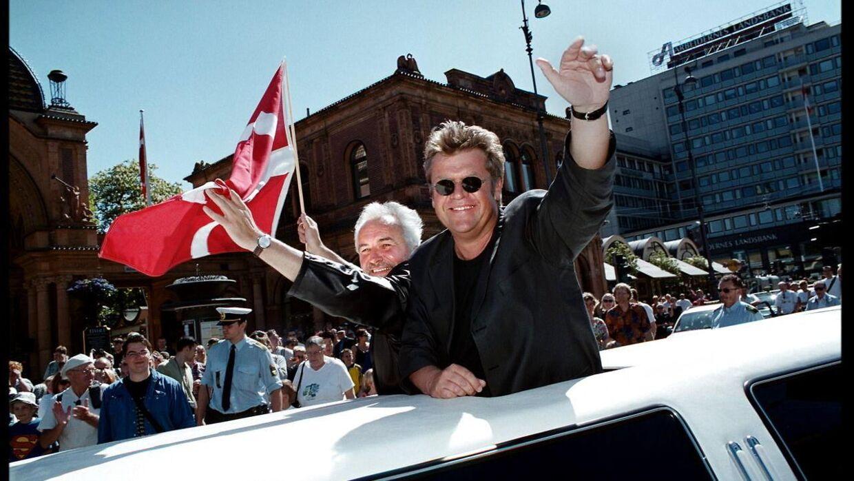Jublen ville ingen tage, da Brødrene Olsen i 2000 vandt Eurovision med 'Fly on the Wings of Love'. Her modtager de folkets hyldest foran Tivoli efter triumfen i Stockholm.