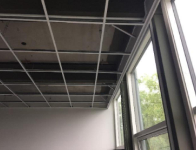 Betonelementerne i etageadskillelsen bøjer nogle steder under vandret med op til 45 millimeter. Normalen er 20,5 millimeter. Foto: Aktindsigt i 'Vurdering af de eksisterende etagedæk'