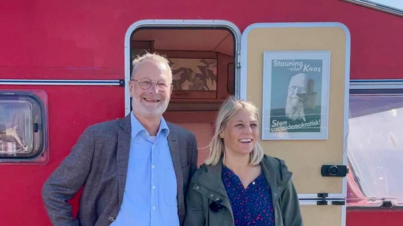 Trine Bramsen og Peter Hansted (S) foran Socialdemokratiets campingvogn 'Røde Grete'. Billedet er taget søndag 15. august, hvor det stod klart, at situationen i Kabul var katastrofal. Bramsen er blevet fragtet til Ærø af Marinehjemmeværnets patruljeskib 'MVH 810 Luna'.