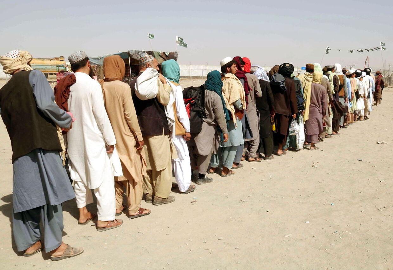 Kø ved grænsen mod Pakistan. Mange afghanere frygter fremtiden under Taliban