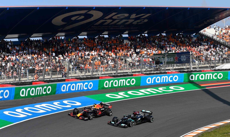 Max Verstappen (t.v.) og Lewis Hamilton side om side under den indledende træning til Hollands Grand Prix.