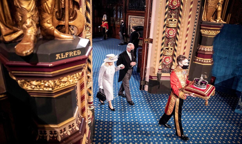 Her hvor Dronning Elizabeth og prins Charles går, vil dronningen komme til at ligge i tre dage, for at offentligheden kan tage afsked. Arkivfoto.