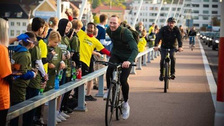 Skoleelever og børnehavebørn hepper 6. september cyklisterne over Limfjordsbroen. Foto: Aalborg Kommune.