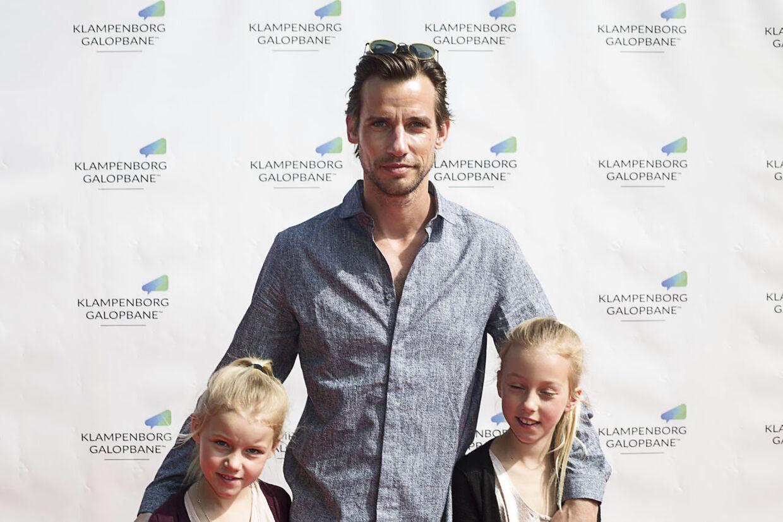 Christian Bitz med døtrene Filippa og Bianca.