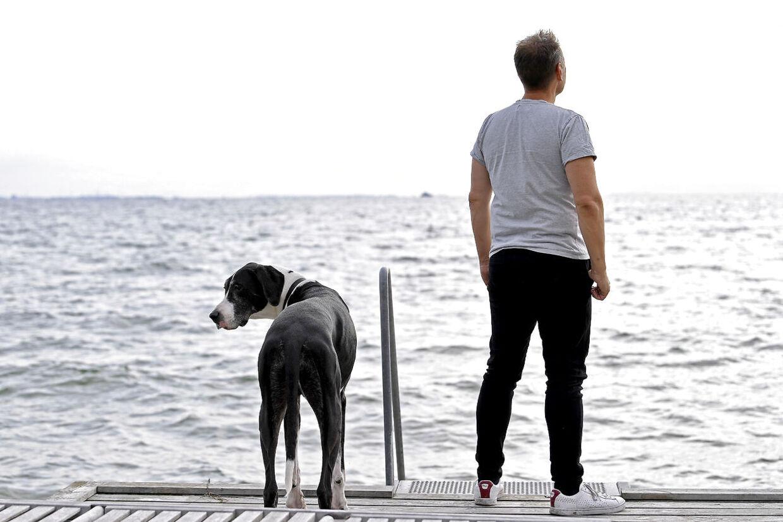 I modsætning til sin barndom har Martin Thorborg i dag i den grad råd til at bo ved vandet. Her nyder han udsigten sammen med sin granddanois.