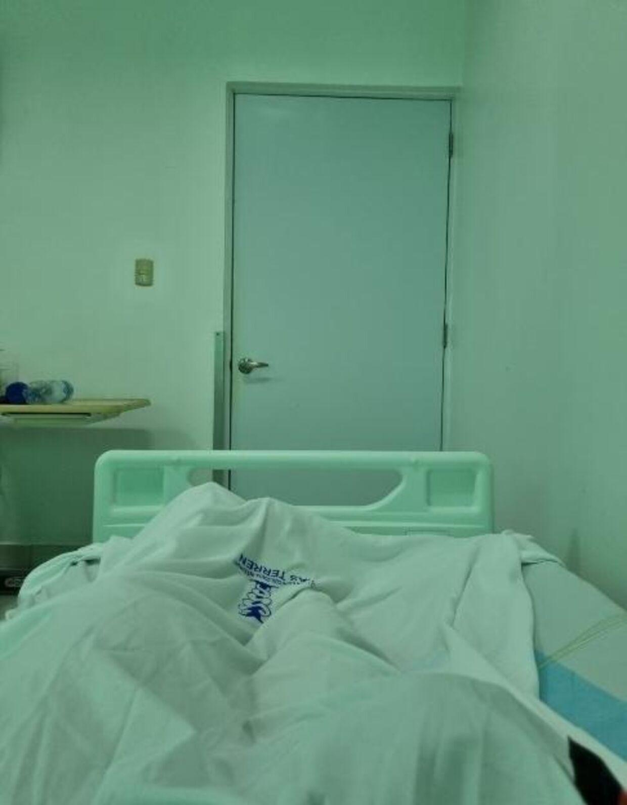 På Asmas hospitalsstue var lyset grønligt. Efter flere dage i hospitalssengen så hun farver helt forvrænget.
