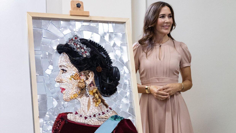Kronprinsesse Mary fik dette portræt under turen til Milano. Et kunstværk lavet af 50 forskellige genbrugsmaterialer.