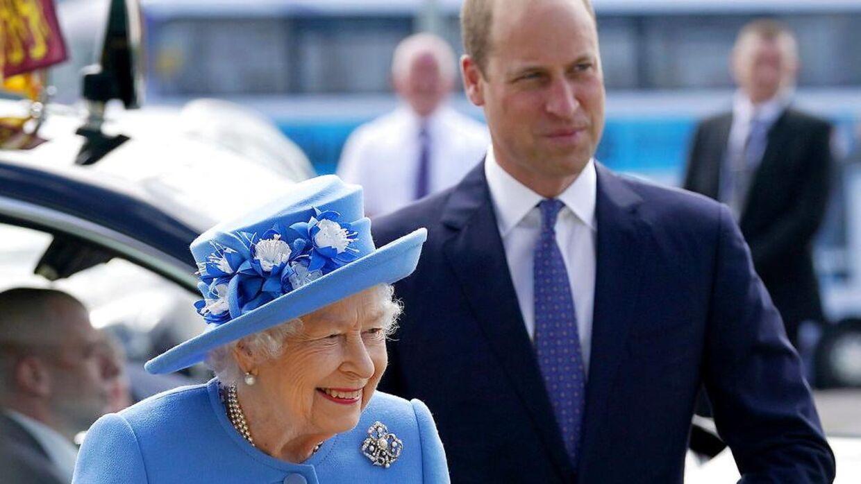 Sagen om prins Andrew kan ende som en lortesag for hele kongehuset, og hvis dronning Elizabeth og prins William ikke passer på, kan de også risikere at blive trukket mere ind i den, end de ønsker.