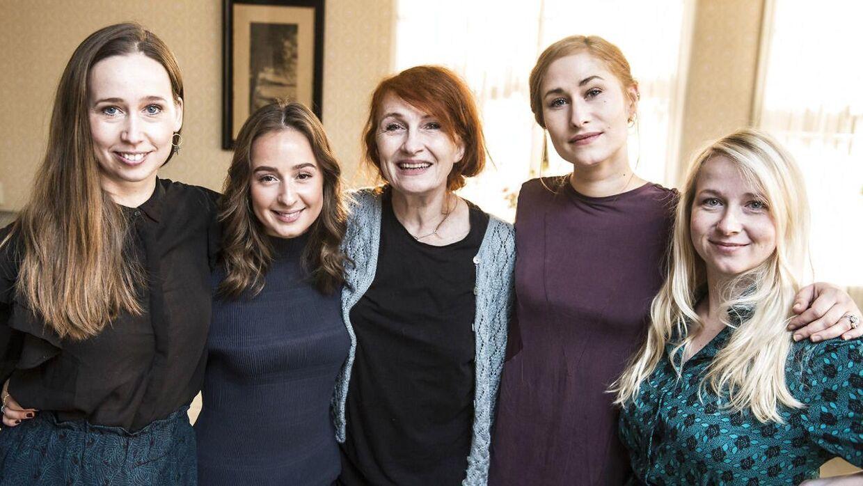Bodil Jørgensen i midten med 'Badehotellet'-kollegaer. Kun Merete Mærkedahl har været med i 'Vild med dans', som hun vandt i 2020.