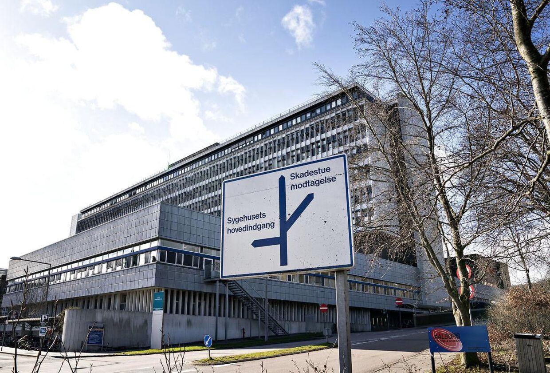 Aalborg Universitetshospital Sygehus Syd skulle allerede nu have været afløst af det nye storbyggeri i Aalborg Øst, men det kommende supersygehus i Nordjylland lader stadig vente på sig. Arkivfoto.