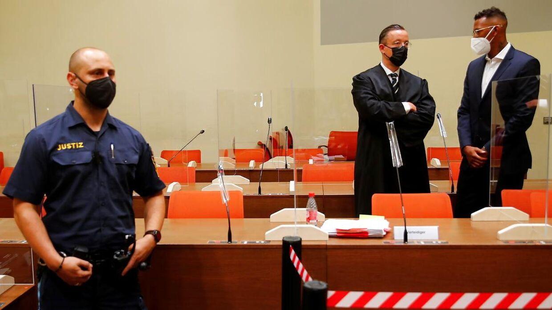Jerome Boateng (th.) er torsdag mødt op i retten i München.