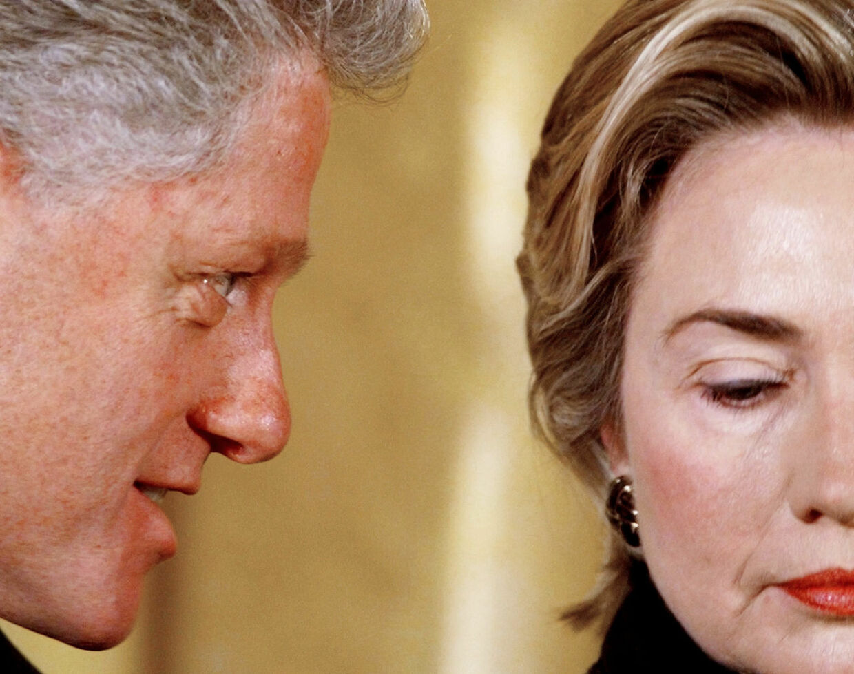 'I did not have sexual relations with that woman' svor præsident Clinton over for alle. Inklusive sin kone. Indtil han et halvt år senere måtte æde sine egne ord.