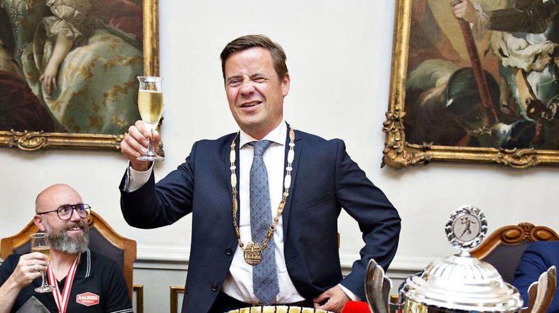 Thomas Kastrup-Larsen (S) og resten af Aalborg-slænget indtog moderate mængder af vin og øl under hele MIPIM-messen, og det kan borgmesteren ikke umiddelbart se et problem i. Her under fejring af guldvinderne fra Aalborg Håndbold i 2019.