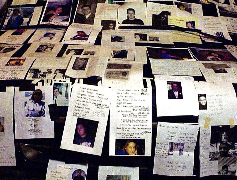 Billeder af de omkomne under terrorangrebet i New York. Der er behov for at ære de døde, men at lade begivenheden glide ind i historien og ikke dominere vores dømmekraft
