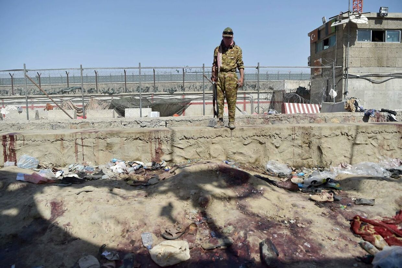 En Talibankriger bevogter sted i Kabuls Lufthavn, hvor to bombe dræbte 13 amerikanske soldater og mindst 60 afghanere den 26. august.