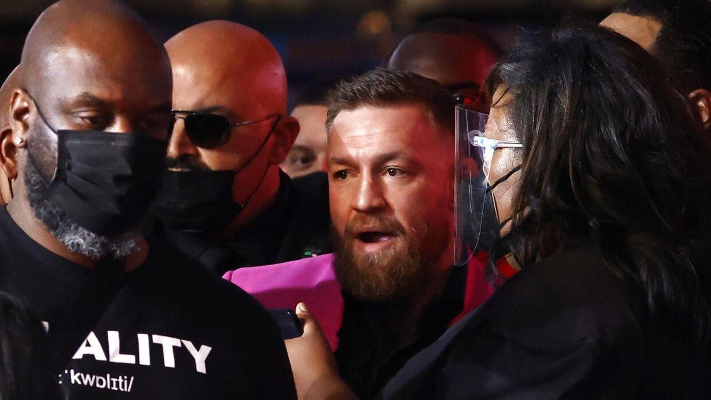 McGregor stoppet af sikkerhedspersonale.