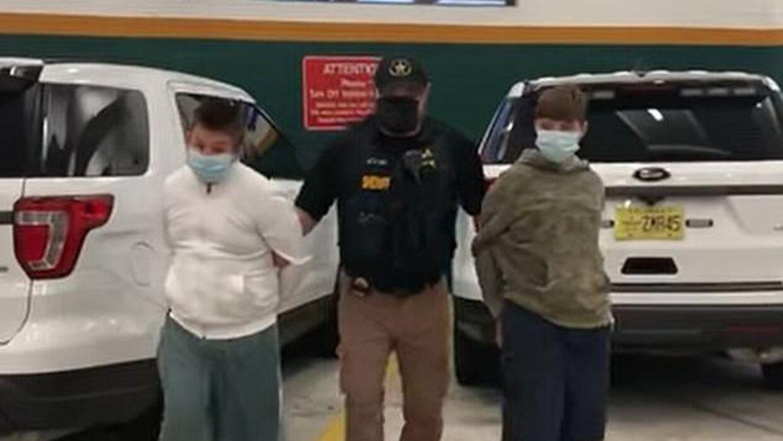 De to skoleelever Phillip Byrd og Connor Pruet på henholdsvis 14 og 13 år er lige nu tilbageholdt i et ungdomsfængsel, da de er blevet beskyldt for at planlægge et masseskyderi på en skole i Florida.