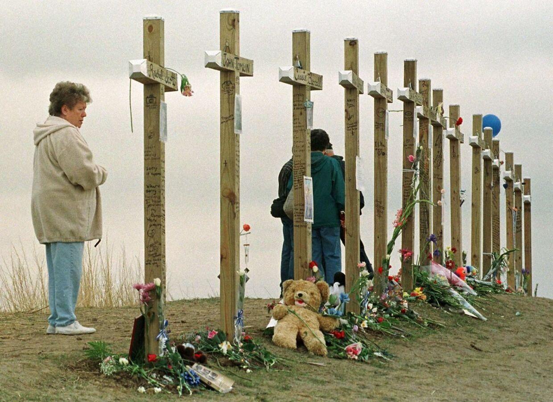 Billedet viser mindestedet for ofrene af massakren i Colorado i 1999. 12 elever og en lærer blev dræbt. Mændene bag skyderiet begik efterfølgende selvmord.