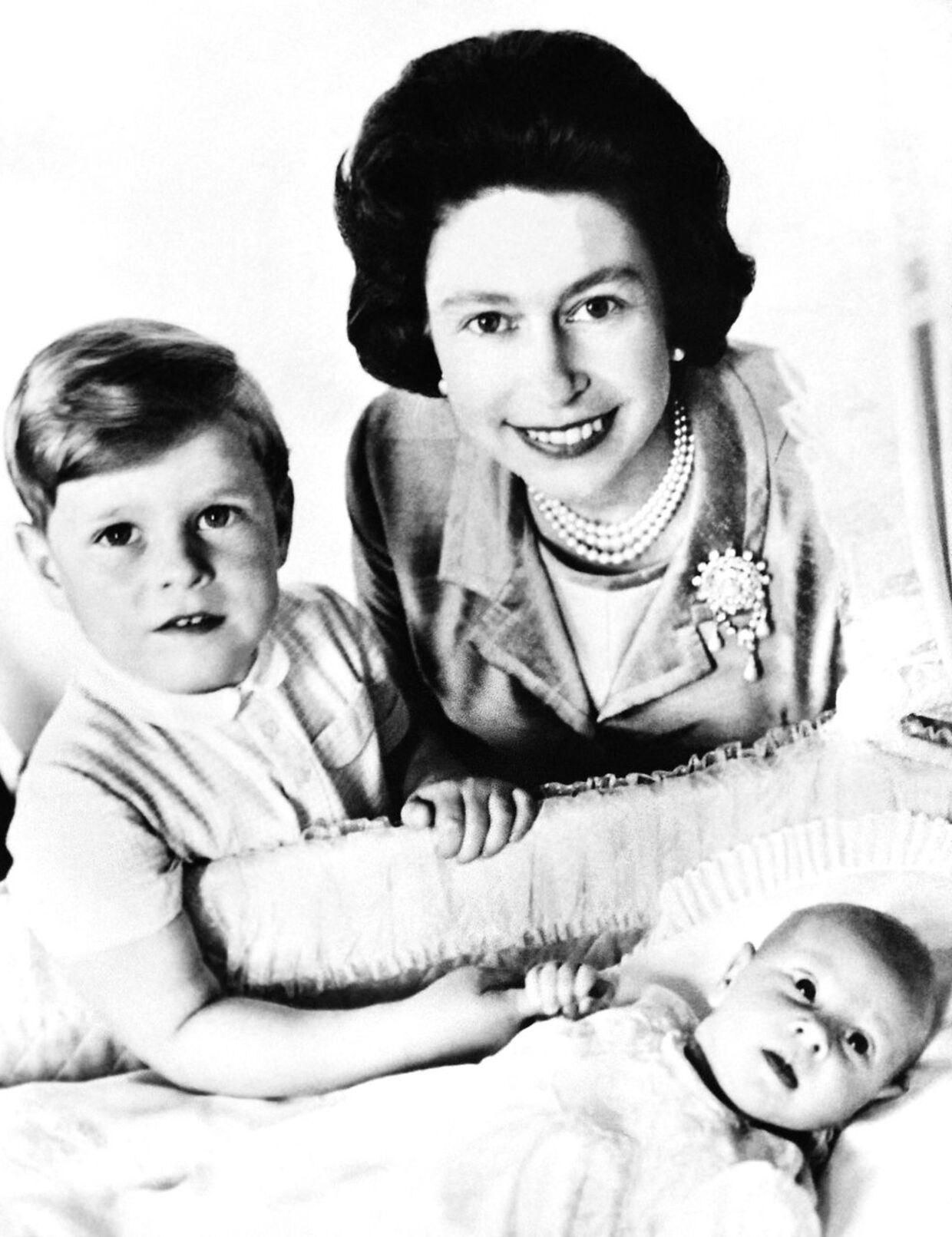 Dronning Elizabeth ses her med sine to yngste sønner, da de var små. Prins Andrew (tv) og prins Edward (th).