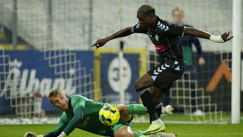 Hans Christian Bernat leverede flere kampafgørende redninger mod Sønderjyske. OB vandt 2-1 på hjemmebane.
