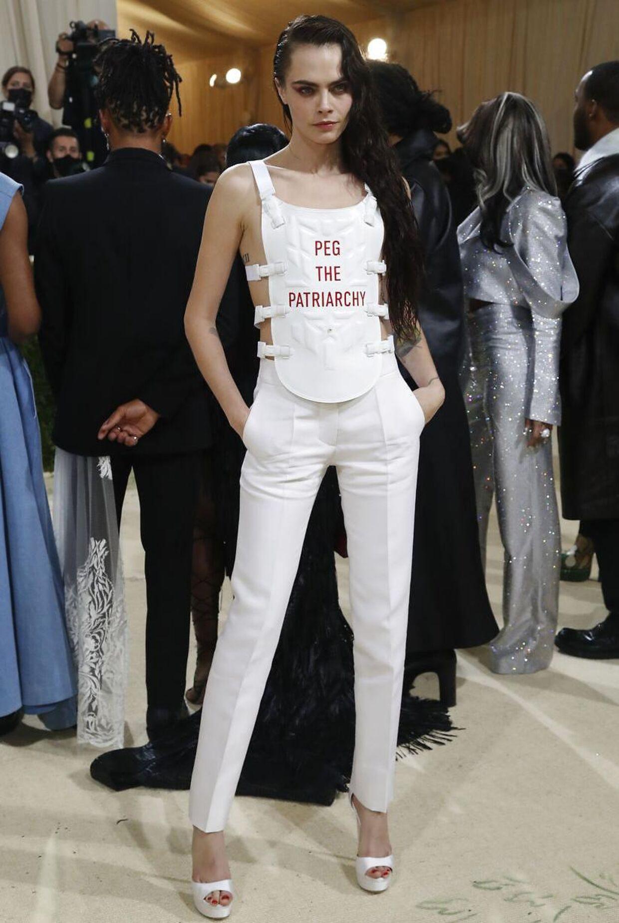 Cara Delevingne i sit provokerende outfit.