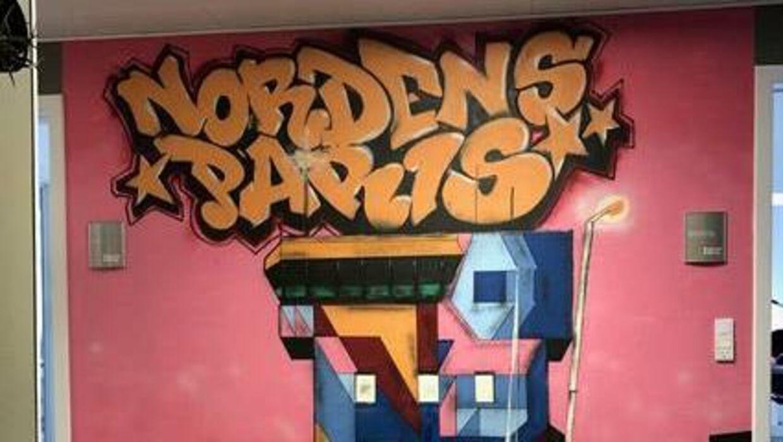 Invest In Aalborg har tidligere brugt brandet 'Nordens Paris' til at markedsføre Aalborg i udlandet, forklarer erhvervsdirektør Poul Knudsgaard. Her ses et graffitimaleri på kommunens gange. Det er dog slut med fodboldsponsorater, fortæller den kommunale leder.