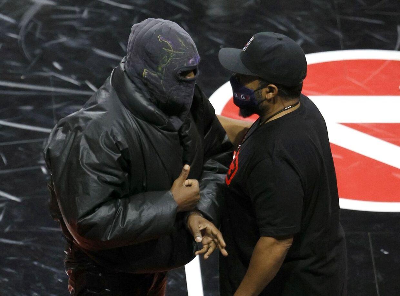 Kanye West har ofte vist sig i elefanthue på det seneste. Som her til en basketballkamp i Las Vegas i juli.