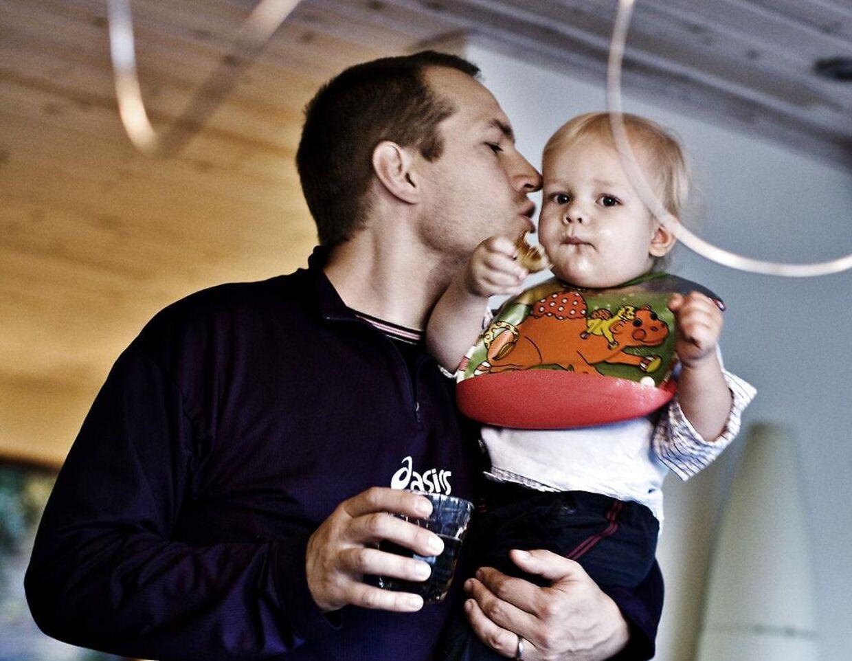 Arkivfoto af Martin Thorborg med sønnen Mads, som i dag er 15.