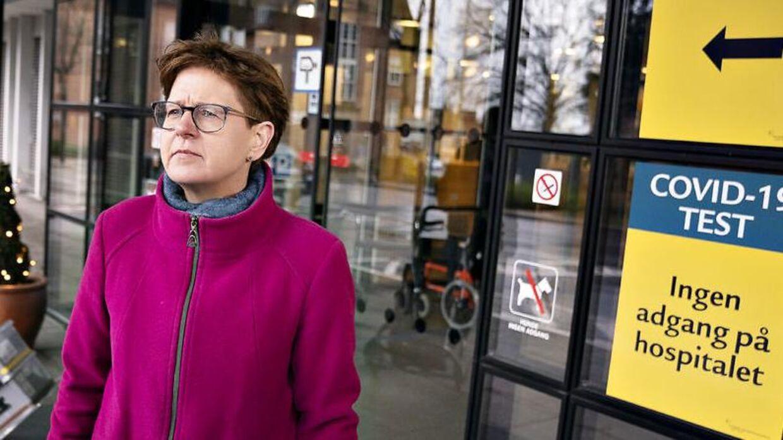 Regionrådsformand Ulla Astmann(S) fandt i marts 10 mio. kr. til etablering af helikopterlandingsplads på taget af det kommende Supersygehus - håbet var at de resterende 25 mio. kunne komme fra fonde. Her ses hun til stede ved Aalborg Universitesthospital til de første covid-vaccinationer i december 2020.