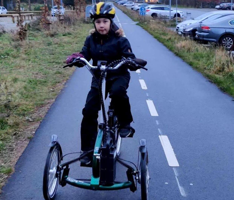 Ivalos mor Ditte Marie Mohr fortæller, at cyklen indgik som en tredjedel af den træning, Ivalo skal lave som følge af lammelsen i sin krop.